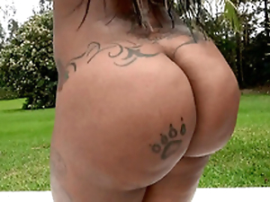Diamond Monroe flaunting her 46 cower ass open-air